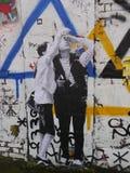 描述两青年人的街道画 免版税库存照片