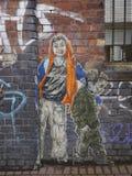 描述两青年人的街道画 库存图片