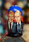 描述俄罗斯总统弗拉基米尔・普京和第45位总统的Matryoshka唐纳德・川普美国纪念品柜台的  免版税图库摄影