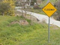 描述分洪河道区域的一个黑和黄色'分洪河道'标志 库存照片
