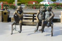 描述在伦敦苏豪区广场, Sharm El谢赫,埃及购物和娱乐复合体的雕刻的构成三只滑稽的猴子  免版税库存图片