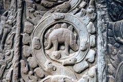 描述恐龙的雕刻的石头在古老Ta Prohm寺庙在吴哥窟 免版税图库摄影