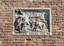 描述挪亚方舟,阿姆斯特丹,荷兰的圣经的故事山墙石头 免版税库存照片