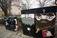 描述教会的教士的街道画 免版税库存照片