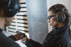 描述枪的辅导员对客户 免版税库存照片