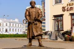 描述米斯克市议会的主席的与钥匙的雕象对城市 免版税图库摄影