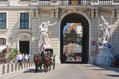 描述赫拉克勒斯的劳方雕塑 Hofburg 维也纳 免版税图库摄影