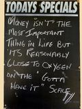 描述金钱的价值的一个可笑的标志和氧气相比在生活中 免版税库存照片