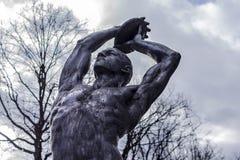 描述黑人运动员的雕塑 免版税库存图片