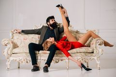 提交 妇女提议有胡子的人的 性感的夫妇提议 在爱联系的提议比赛 领导 免版税库存图片