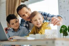 提他的儿子关于他们的生态项目的有同情心的父亲建议 免版税库存图片