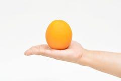 提供一个桔子 免版税库存照片