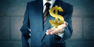 提供一个金黄美元标志的业务经理 库存图片