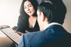 提供一名新的雇员的女性经理签劳务合同 库存图片