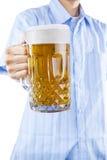 提供一杯啤酒的一个人 免版税库存照片