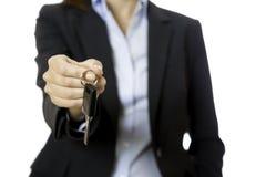 提供一辆关键汽车的女商人 免版税图库摄影