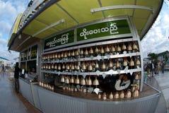 提供为Kyaiktiyo塔,缅甸的响铃 库存图片
