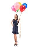 提供五颜六色的气球的美丽的少妇 库存照片