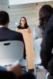 提供介绍的女实业家在会议 图库摄影