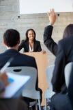 提供介绍的女实业家在会议 库存照片