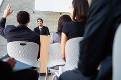 提供介绍的生意人在会议 免版税图库摄影