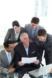 提供他的显示小组的经理 免版税库存图片