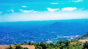 提供分行多云鲜绿色充分的绿色横向山空缺数目通过雨河星期日采取对水的季节天空 库存图片