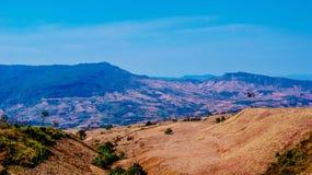 提供分行多云鲜绿色充分的绿色横向山空缺数目通过雨河星期日采取对水的季节天空 免版税库存图片