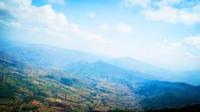 提供分行多云鲜绿色充分的绿色横向山空缺数目通过雨河星期日采取对水的季节天空 库存照片