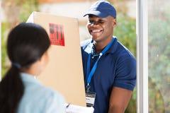 提供包裹的人 免版税库存图片