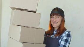 提供包裹的微笑的邮政递送妇女传讯者妇女 股票录像