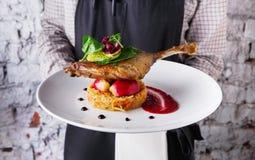 提供可口餐馆盘的侍者 图库摄影