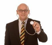 提供听诊器的医生 免版税库存照片