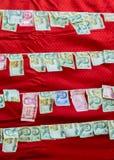 提供在佛教寺庙的路轨的金钱 免版税库存照片
