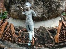 提供在历史的废墟中的残破的蓝色泰国玩偶在阿尤特拉利夫雷斯,泰国 免版税库存照片