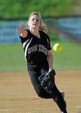 提供女孩间距投手垒球 免版税库存照片