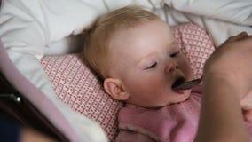 提供她的母亲匙子的婴孩 影视素材
