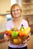 提供妇女的年长果子 免版税库存照片
