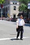 提供安全的NYPD官员在LGBT在NY的骄傲游行期间 免版税库存图片