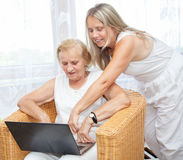 提供帮助和关心为老人 免版税库存照片