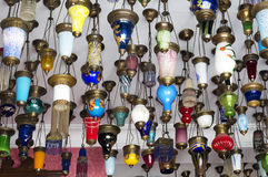 提供待售五颜六色的土耳其灯笼 免版税图库摄影