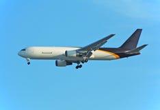 提供快速喷气机邮件的767波音货物 免版税图库摄影