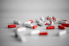 提供急救的救援队 概念药物查出的药剂过量白色 库存照片