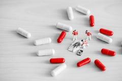 提供急救的紧急医疗服务队  概念药物查出的药剂过量白色 免版税图库摄影