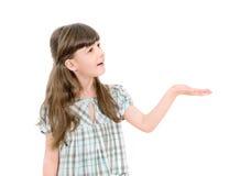 提供或显示手的逗人喜爱的小女孩 免版税库存图片