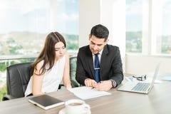 提供最佳的服务的顾问赢取客户` s信任 免版税库存图片