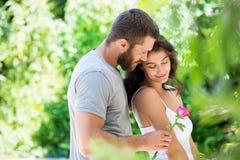 提供玫瑰的人为妇女 免版税库存照片
