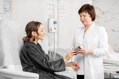提供生物添加剂的医生为患者 免版税图库摄影