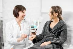提供生物添加剂的医生为患者 免版税库存照片