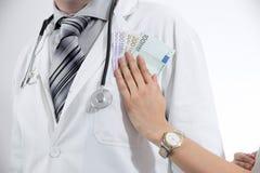 提供白色外套的医生金钱 图库摄影